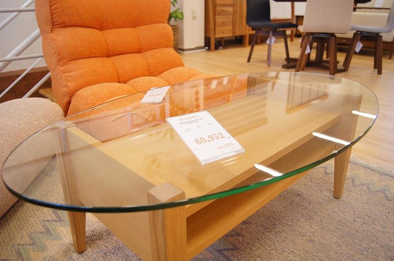 シンプルなガラステーブル