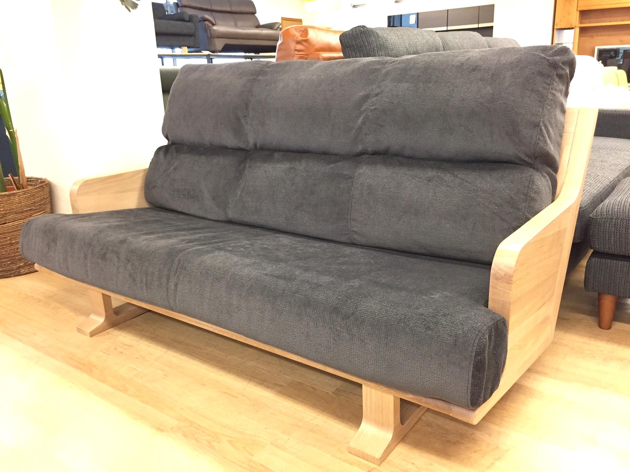 斬新なデザインのハイバックソファ